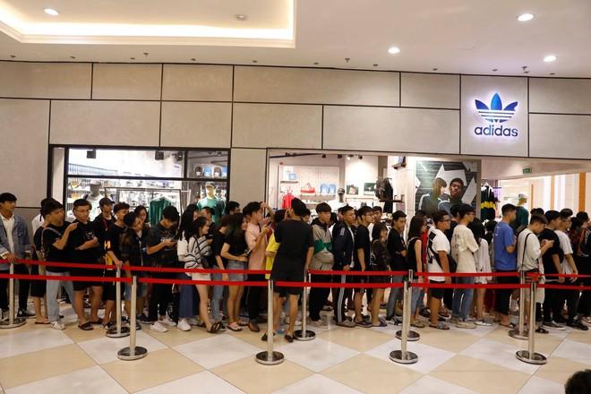 Hà Nội: Hàng trăm khách xếp hàng 2 ngày chờ mua mẫu giày Adidas siêu hot - Ảnh 8.