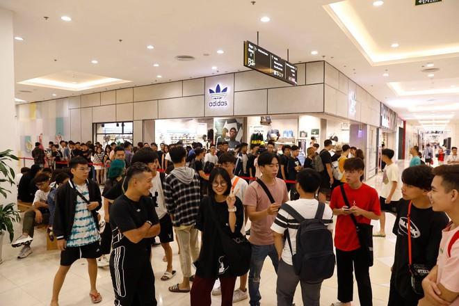 Hà Nội: Hàng trăm khách xếp hàng 2 ngày chờ mua mẫu giày Adidas siêu hot - Ảnh 7.