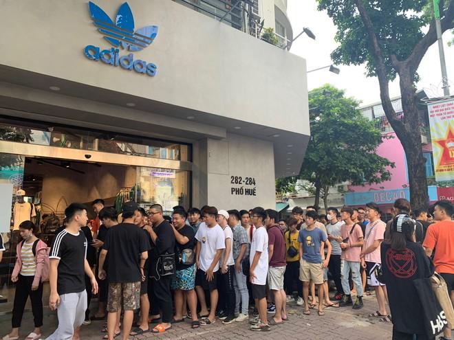 Hà Nội: Hàng trăm khách xếp hàng 2 ngày chờ mua mẫu giày Adidas siêu hot - Ảnh 1.