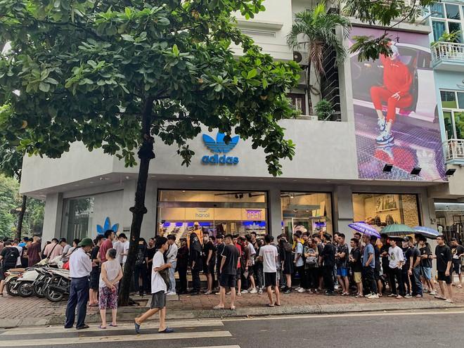 Hà Nội: Hàng trăm khách xếp hàng 2 ngày chờ mua mẫu giày Adidas siêu hot - Ảnh 4.