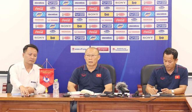 HLV Park Hang-seo bị hỏi vặn về Huy Toàn, Văn Quyết: Đừng đặt vấn đề mâu thuẫn cá nhân - Ảnh 2.
