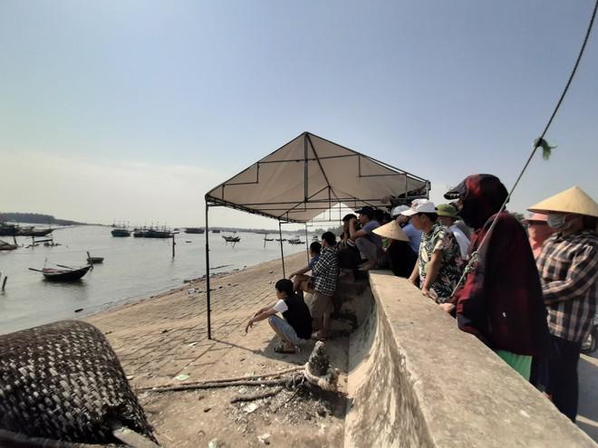 Người dân trên bờ cầu nguyện phép màu đến trong vụ tàu cá nổ như bom làm 2 người tử vong - Ảnh 3.