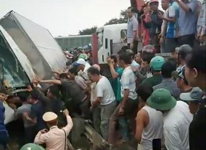 4 toa tàu hàng lật ra quốc lộ sau va chạm kinh hoàng với xe tải ở Nghệ An - Ảnh 4.