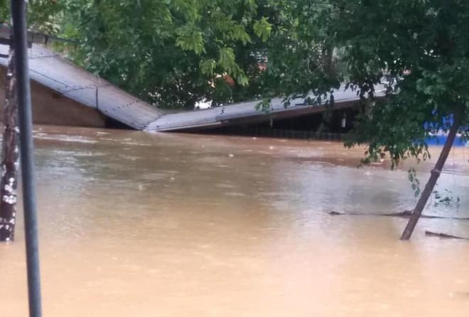 Cận cảnh những ngôi nhà bị nước bao vây gần chạm nóc trong rốn lũ tại Hà Tĩnh - Ảnh 6.