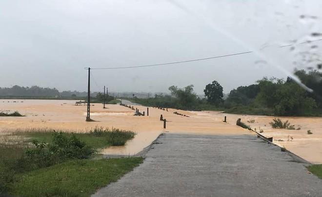 Cận cảnh những ngôi nhà bị nước bao vây gần chạm nóc trong rốn lũ tại Hà Tĩnh - Ảnh 22.