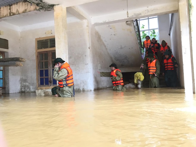 Cận cảnh những ngôi nhà bị nước bao vây gần chạm nóc trong rốn lũ tại Hà Tĩnh - Ảnh 20.