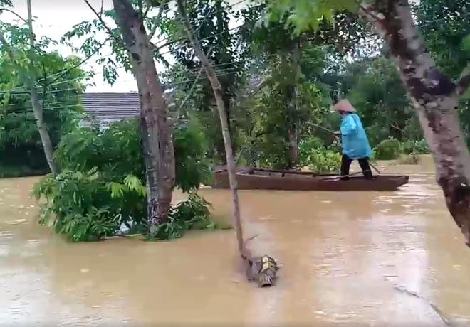 Cận cảnh những ngôi nhà bị nước bao vây gần chạm nóc trong rốn lũ tại Hà Tĩnh - Ảnh 12.