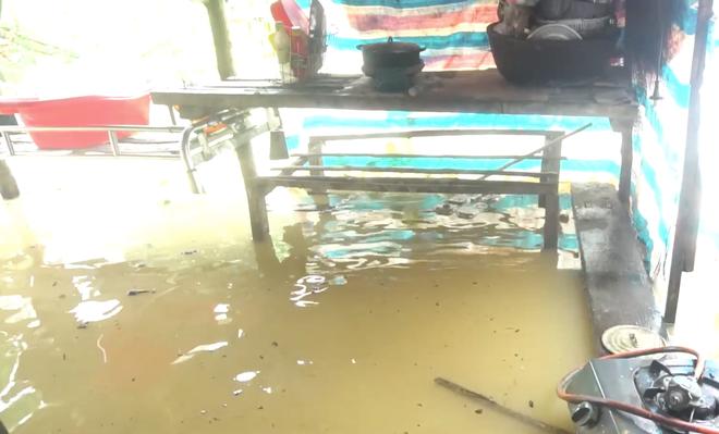 Cận cảnh những ngôi nhà bị nước bao vây gần chạm nóc trong rốn lũ tại Hà Tĩnh - Ảnh 16.