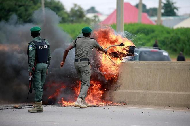 24h qua ảnh: Binh sĩ Israel chĩa súng vào người biểu tình Palestine - Ảnh 4.