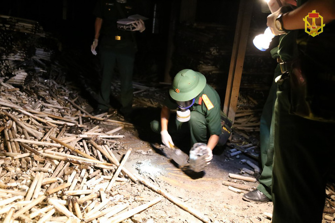 [ẢNH] Cán bộ Binh chủng Hóa học lấy mẫu vỏ bóng đèn vỡ, đất, nước, bùn, tro xỉ... ở Rạng Đông - Ảnh 5.