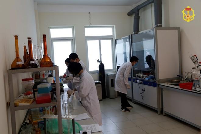 [ẢNH] Cán bộ Binh chủng Hóa học lấy mẫu vỏ bóng đèn vỡ, đất, nước, bùn, tro xỉ... ở Rạng Đông - Ảnh 13.