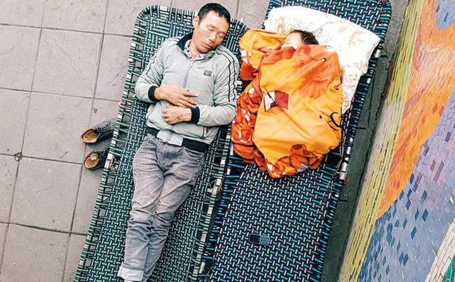Dân mạng tranh nhau kể vô vàn câu chuyện cảm động đằng sau bức ảnh hai cha con say giấc trên vỉa hè Hà Nội