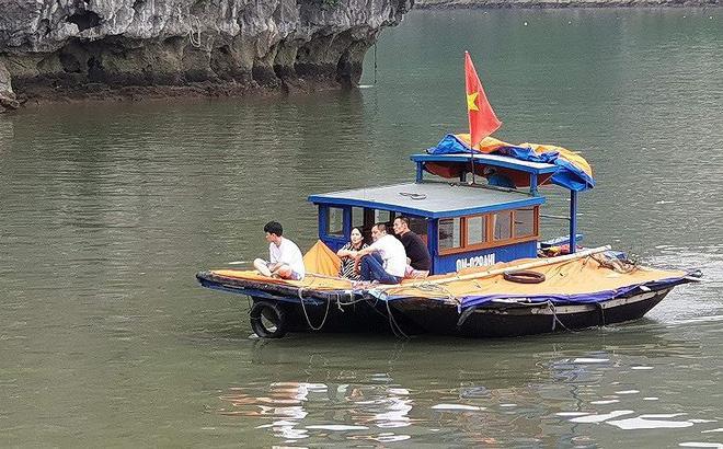 Xuồng mang BKS Biên phòng chở khách 'chui' trên vịnh Hạ Long