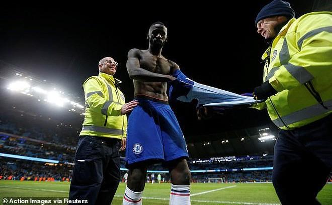 Chelsea thảm bại, cổ động viên tức giận ném vé xem cả mùa xuống sân