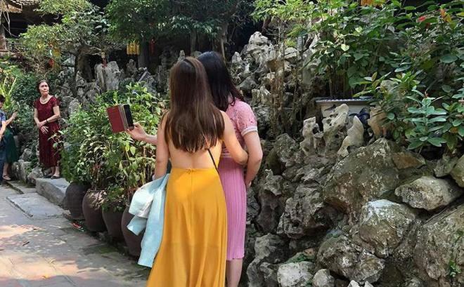 Đầu năm lên chùa lễ Phật, cô gái khiến ai cũng sốc vì mặc váy mỏng, hở cả tấm lưng trần