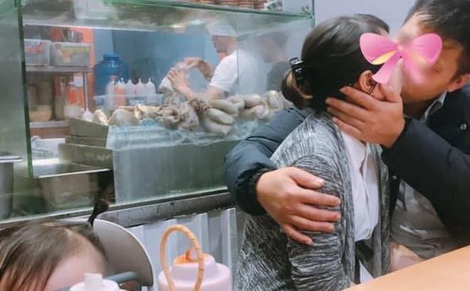 Cặp đôi thản nhiên hôn nhau ở quán lòng lợn, chị gái một con ngứa mắt chụp ảnh post lên MXH