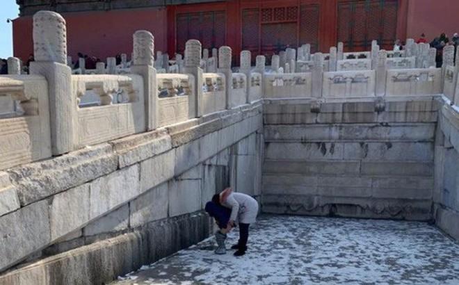 Bà mẹ Trung Quốc gây phẫn nộ khi bỏ qua 14 nhà vệ sinh, cho con tè bậy giữa Tử Cấm Thành