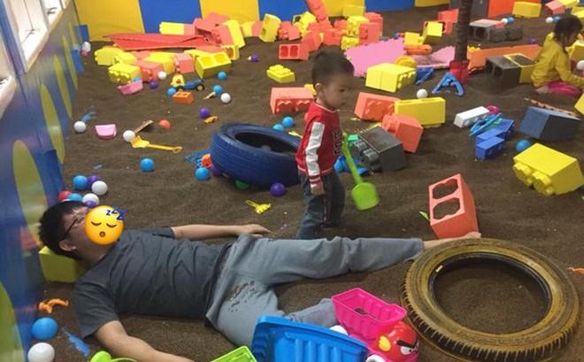 Dân mạng cười nghiêng ngả vì bức ảnh ông bố say bí tỉ vẫn phải dẫn con đi chơi và cái kết bất ngờ được người mẹ tiết lộ