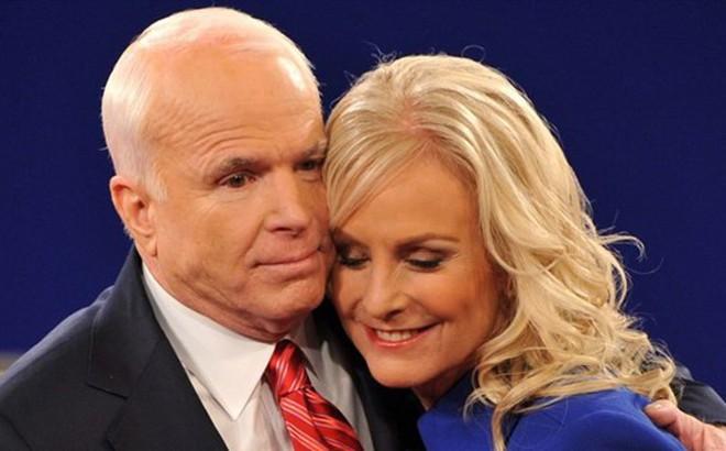 Vợ góa ông John McCain bị đe dọa sau đoạn Tweet của Tổng thống Trump