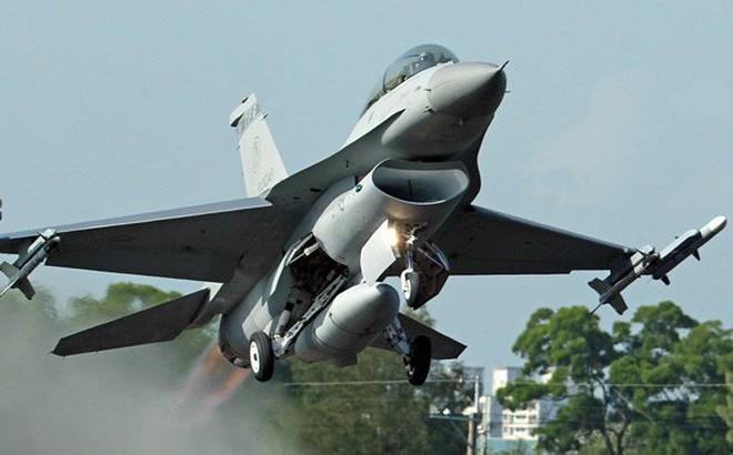 """Mỹ """"bật đèn xanh"""" bán 60 tiêm kích F-16 cho Đài Loan, Trung Quốc sẽ nổi đóa?"""
