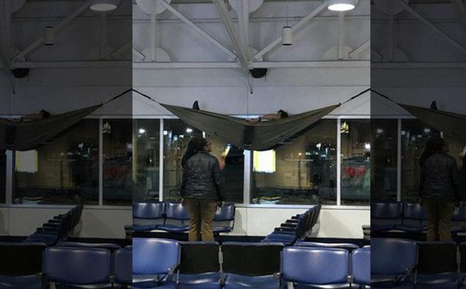 Du khách ngang nhiên mắc võng ngủ tại sân bay quốc tế