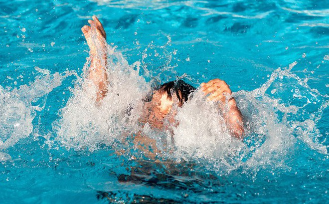 Học bơi trong sự giám sát của mẹ, huấn luyện viên và cả 2 nhân viên cứu hộ, bé gái vẫn mất mạng oan uổng chỉ vì điều không ngờ này