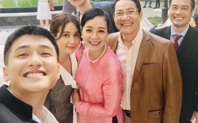 """Ekip """"Chạy Trốn Thanh Xuân"""" tiết lộ Huỳnh Anh nhiều lần đi trễ, có hôm cả đoàn đợi 2 tiếng?"""
