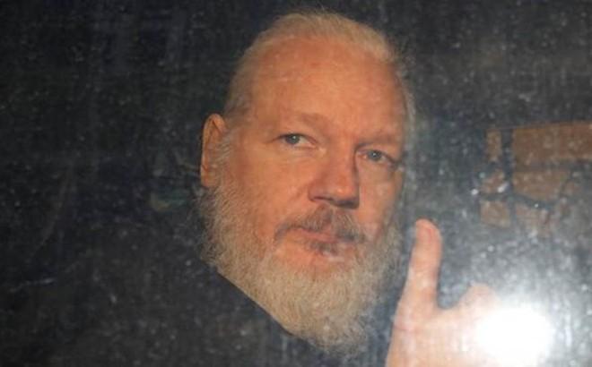Kết quả hình ảnh cho Cha của nhà sáng lập WikiLeaks cầu xin Úc dang tay giúp đỡ