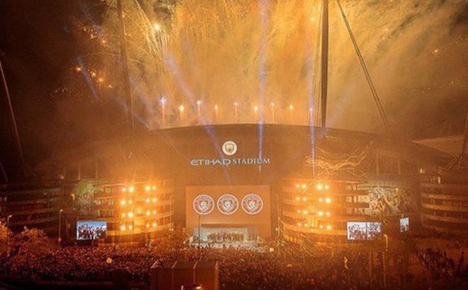 Man City lập sân khấu dã chiến, bắn pháo hoa rực rỡ ăn mừng với hàng nghìn CĐV ngay trong đêm