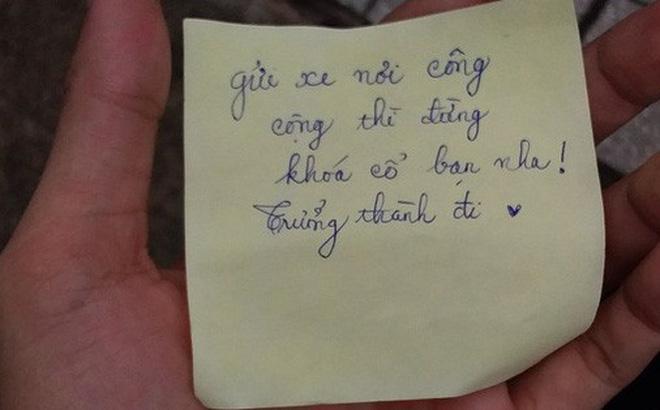 Gửi xe ở bãi còn khoá cổ, nam sinh viết một câu gửi chủ xe khiến hắn chừa đến già