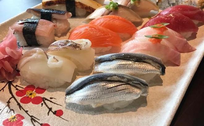 """Ăn sushi nổi tiếng phố Kim Mã, team công sở giật mình thanh toán 12 triệu, riêng trà đá gần 1 triệu vì mắc """"bẫy"""" nhà hàng"""