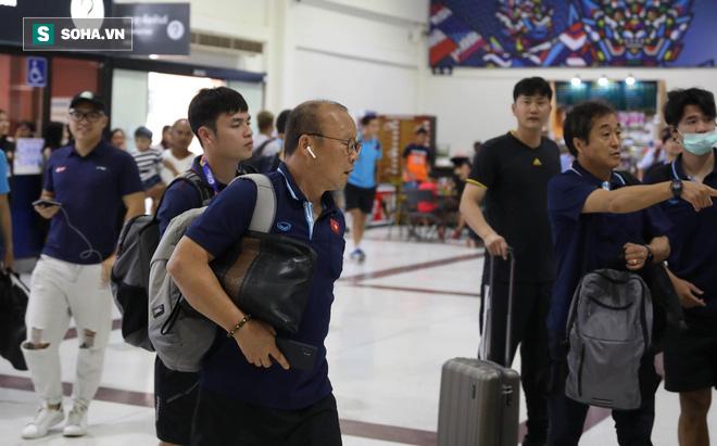 Thầy Park mệt mỏi, U23 Việt Nam lặng lẽ về Bangkok chuẩn bị quyết đấu Triều Tiên - Ảnh 1.