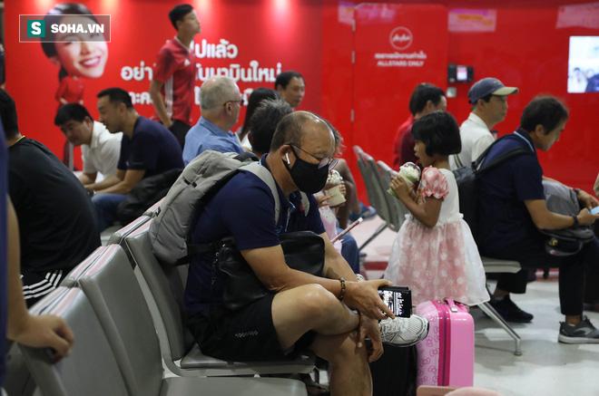 Thầy Park mệt mỏi, U23 Việt Nam lặng lẽ về Bangkok chuẩn bị quyết đấu Triều Tiên - Ảnh 14.