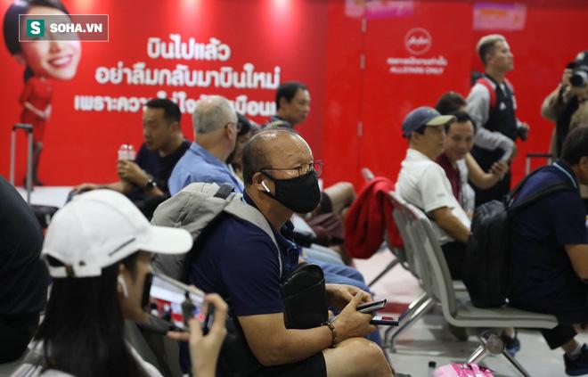 Thầy Park mệt mỏi, U23 Việt Nam lặng lẽ về Bangkok chuẩn bị quyết đấu Triều Tiên - Ảnh 17.