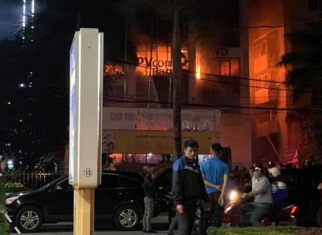 Cháy lớn ở tòa nhà dầu khí, nhiều người mắc kẹt, 1 người tử vong - Ảnh 4.