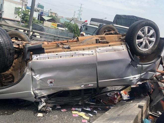 Bị xe container tông lật nhào trên cầu, 3 người ngồi trong ô tô con bò ra ngoài kêu cứu ở Sài Gòn - Ảnh 1.