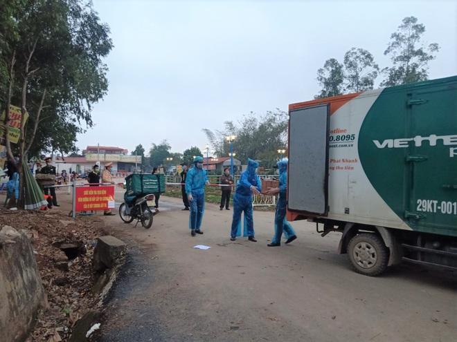 Cuộc họp đột xuất 2 tiếng đồng hồ và chuyến xe đặc biệt chở hàng về tâm dịch Sơn Lôi - Ảnh 10.