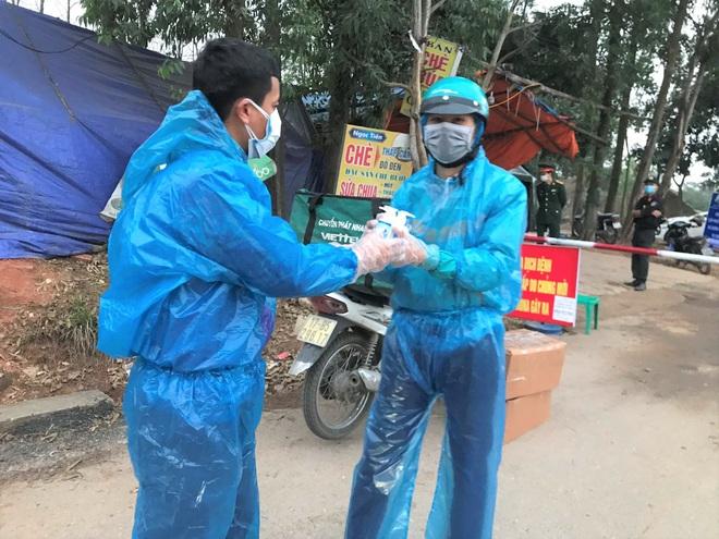 Cuộc họp đột xuất 2 tiếng đồng hồ và chuyến xe đặc biệt chở hàng về tâm dịch Sơn Lôi - Ảnh 6.