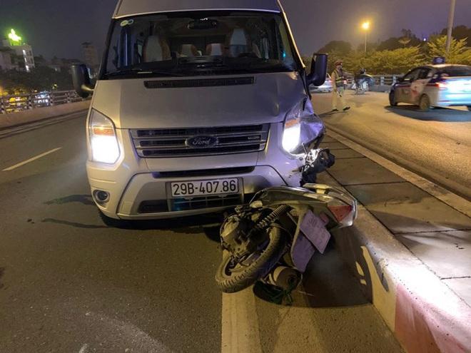 Va chạm xe ô tô 16 chỗ, người đàn ông đi xe máy ngã sang làn đường bên cạnh tử vong - Ảnh 1.