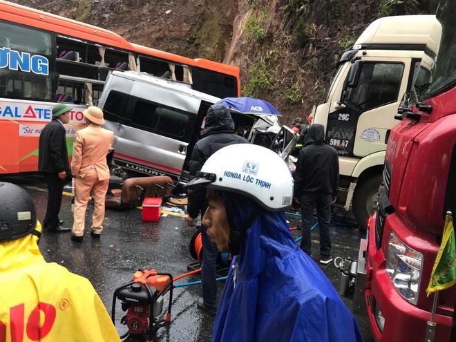 Xe khách, xe đầu kéo đâm nhau liên hoàn trên QL1,  ít nhất 1 người chết, 5 người bị thương - Ảnh 1.