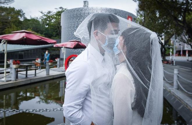 24h qua ảnh: Đeo khẩu trang chụp ảnh cưới thời dịch Corona - Ảnh 8.