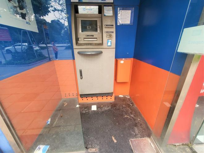 Tiếp xúc hàng trăm người/ngày nhưng ATM không có nước sát khuẩn, cồn rửa tay phòng Covid-19 - Ảnh 8.