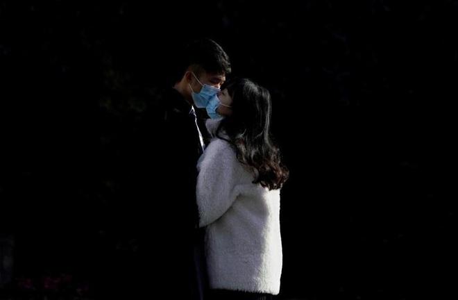 24h qua ảnh: Đeo khẩu trang chụp ảnh cưới thời dịch Corona - Ảnh 2.