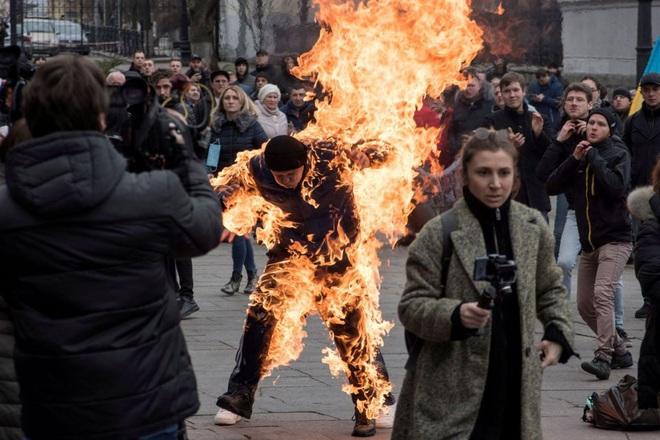24h qua ảnh: Người biểu tình tự thiêu ở thủ đô Ukraine - Ảnh 2.