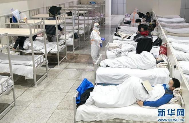 Bệnh viện cabin vuông 1.600 giường đầu tiên ở Vũ Hán đi vào hoạt động, bệnh nhân bình thản đọc sách - Ảnh 5.
