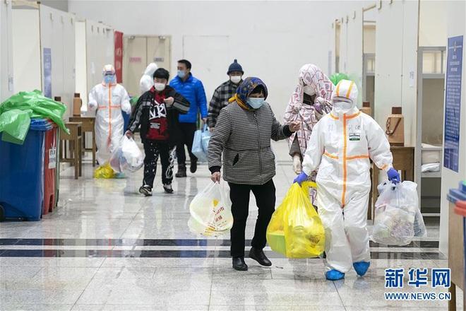 Bệnh viện cabin vuông 1.600 giường đầu tiên ở Vũ Hán đi vào hoạt động, bệnh nhân bình thản đọc sách - Ảnh 11.