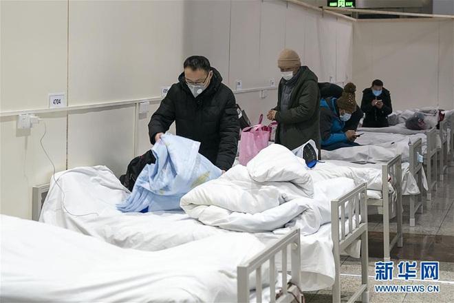 Bệnh viện cabin vuông 1.600 giường đầu tiên ở Vũ Hán đi vào hoạt động, bệnh nhân bình thản đọc sách - Ảnh 12.