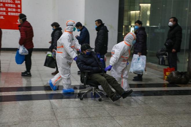 Bệnh viện cabin vuông 1.600 giường đầu tiên ở Vũ Hán đi vào hoạt động, bệnh nhân bình thản đọc sách - Ảnh 3.