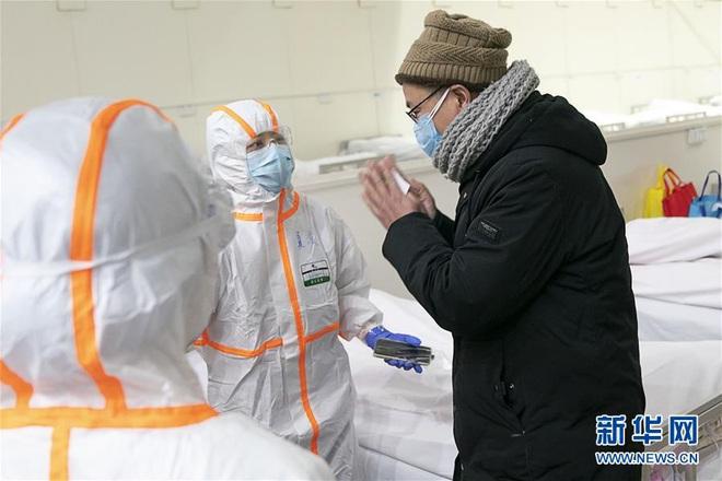 Bệnh viện cabin vuông 1.600 giường đầu tiên ở Vũ Hán đi vào hoạt động, bệnh nhân bình thản đọc sách - Ảnh 13.
