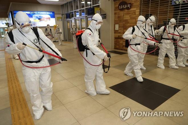Hàn Quốc: Tổng số ca nhiễm COVID-19 vượt 3.500 người, một lãnh đạo của  Shincheonji phủ nhận trách nhiệm - Ảnh 1.